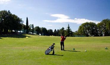 Der Kurs des Golf Clubs Paradiso del Garda ist das Werk des berühmten amerikanischen Architekten Jim Fazio, der sich auf 800.000 mq erstreckt und in perfekter Weise erdacht und erbaut wurde.