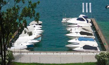 PORT ALBERTO - Private Hafen -  Hafen Alberto, befindet sich nur 200 Meter vom, Miralago Hotel und Apartments, die private Yachthafen des Rolly Nautica. Es ist ideal für einen Urlaub am See zu verbringen. Der Hafen