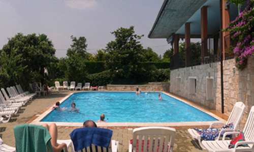 una grande camera familiare, vista lago, frigorifero comfort, balcone coperto, piscina, feste sul lago, Manerba sul Lago di Garda