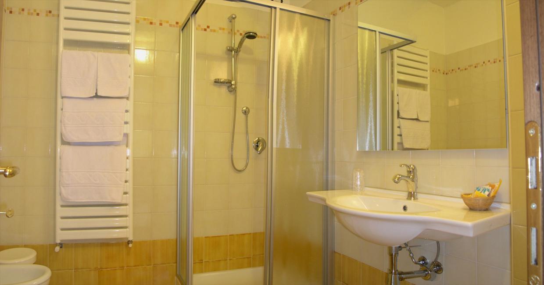 Neues Badezimmer mit Dusche und Haartrockner  Geräumiges, neues Schlafzimmer