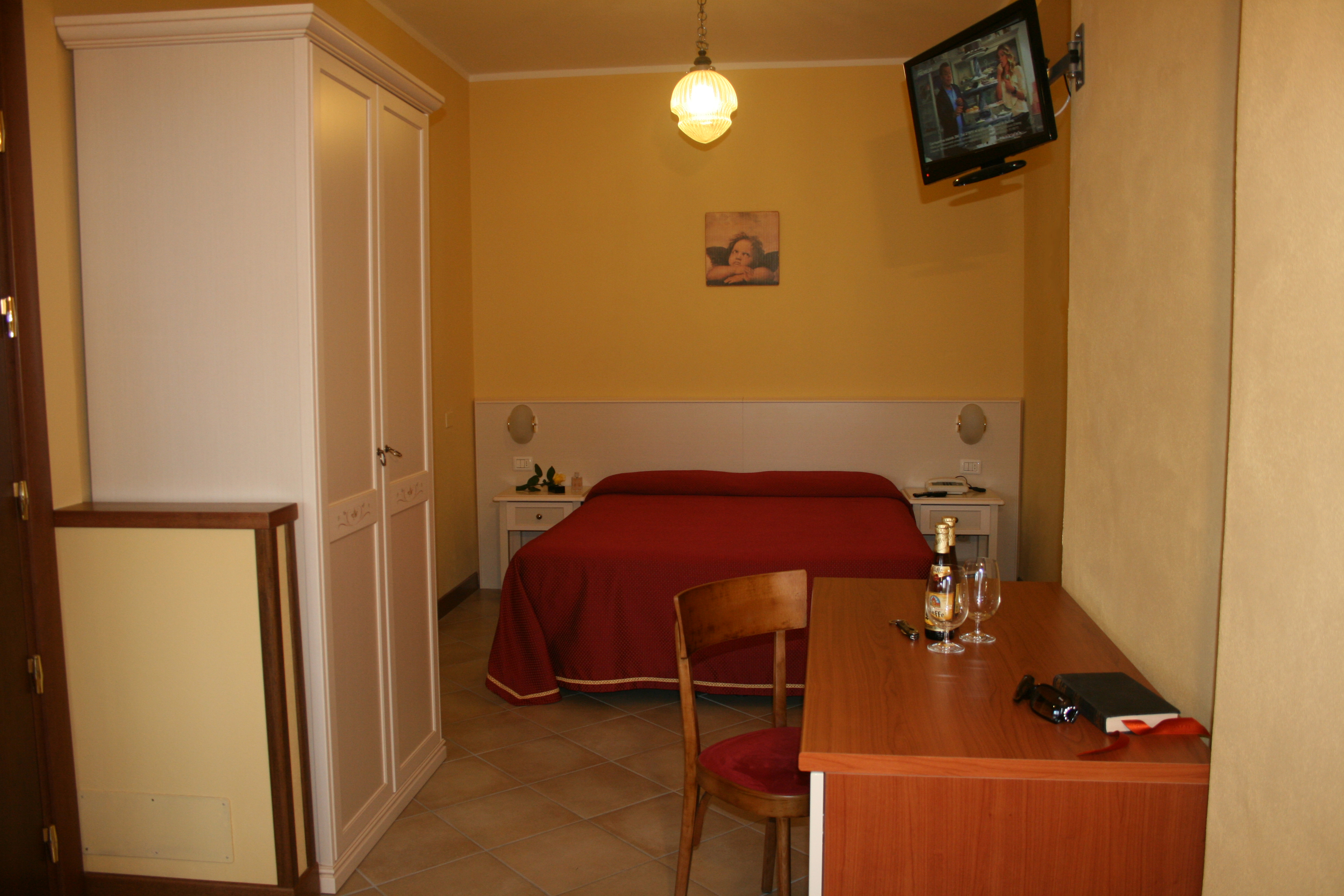 Superior Room in Manerba Spacious, new bedroom, air conditioning and safe