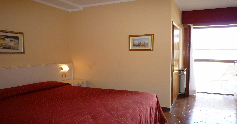 Superiorzimmer in Manerba, Geräumiges, neues Schlafzimmer, Klimaanlage und Safe